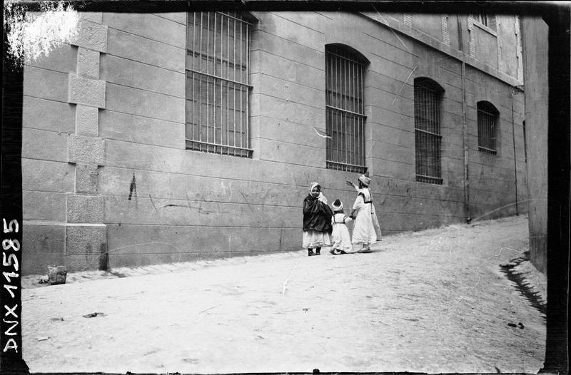 Petit groupe au pied d'un bâtiment