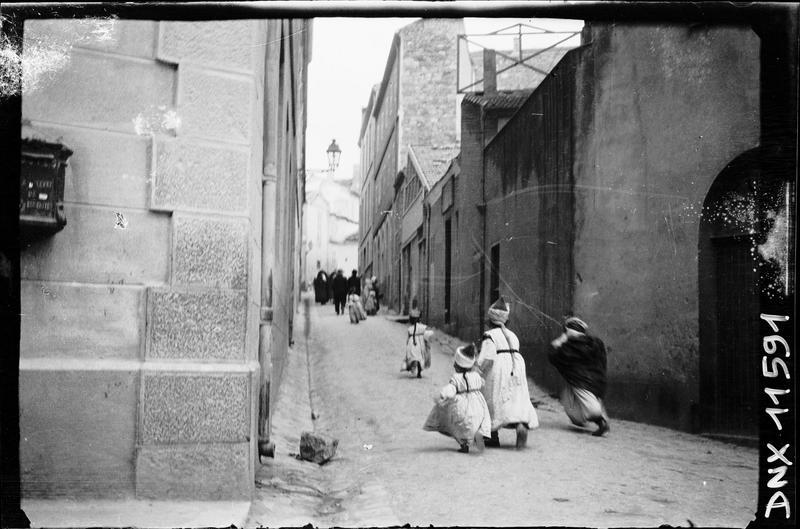 Quartier arabe : enfants courant dans une rue