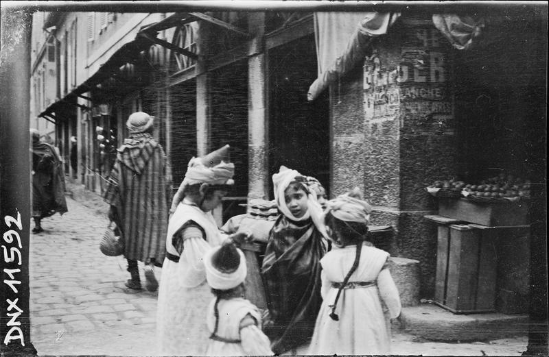 Quartier arabe : petit groupe à l'angle d'une rue