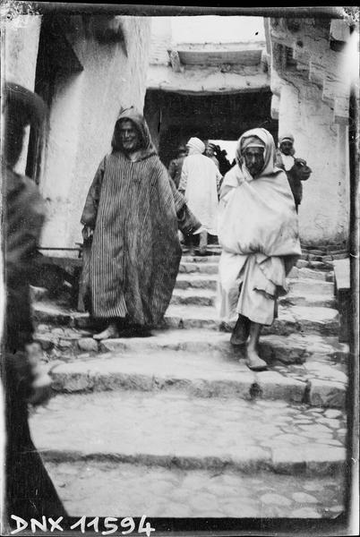 Quartier arabe : personnages descendant un escalier