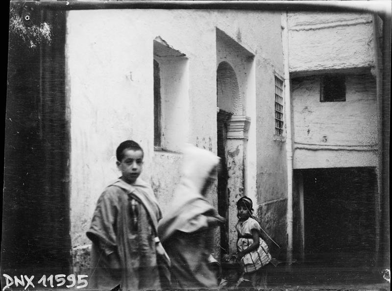 Quartier arabe : enfants devant une porte