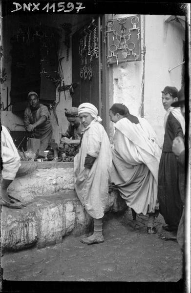 Quartier arabe : personnages devant l'échoppe d'un artisan