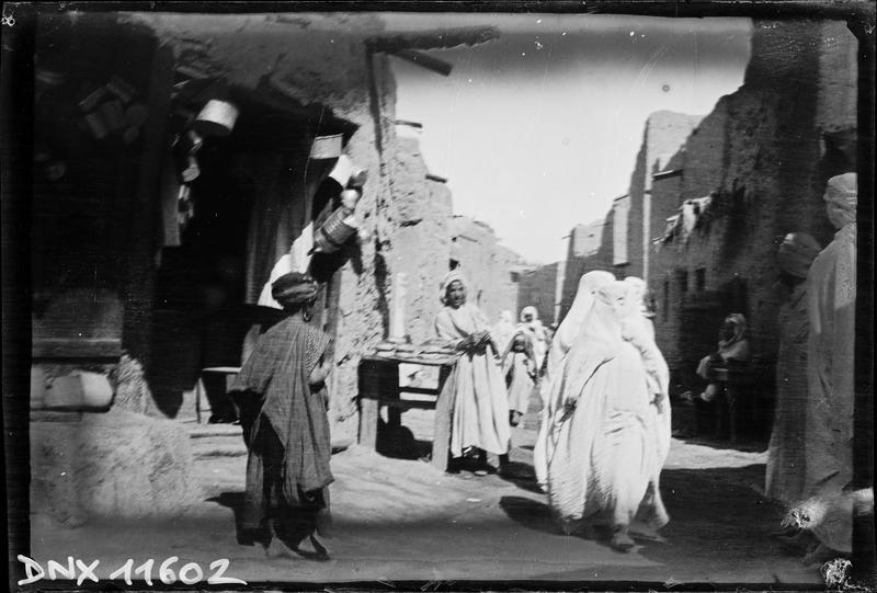 Quartier arabe : femmes voilées