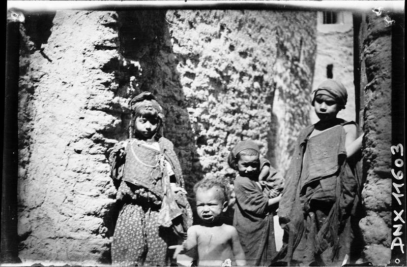 Quartier arabe, portraits : jeune fille et enfants