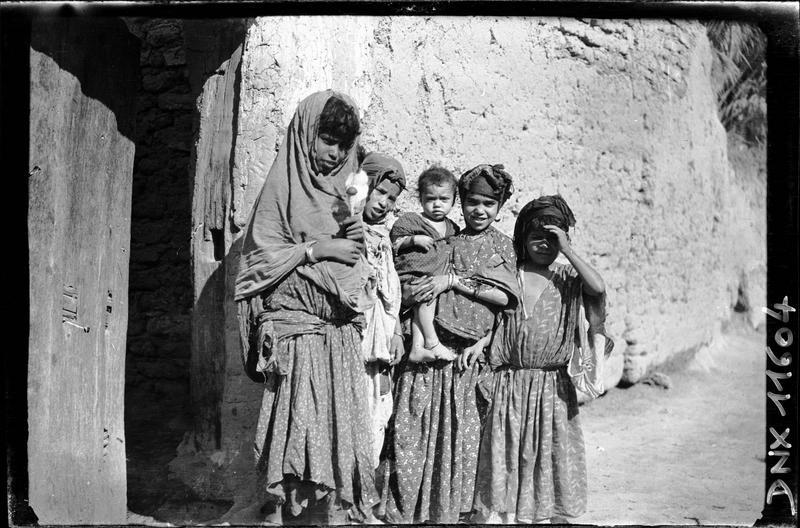 Quartier arabe, portraits : jeunes filles et enfants
