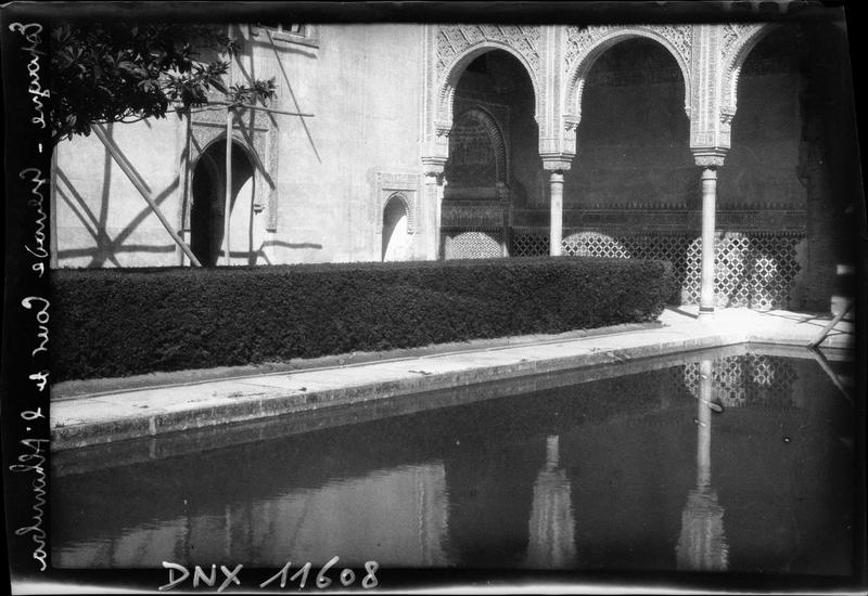 Cour des Myrtes : vue partielle du bassin et des arcades
