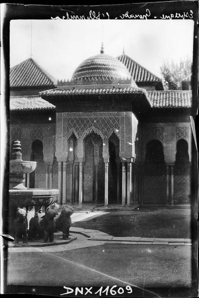 Pavillon dans la cour des lions et vue partielle de la fontaine