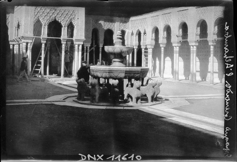 Cour des lions : fontaine reposant sur douze lions de marbre