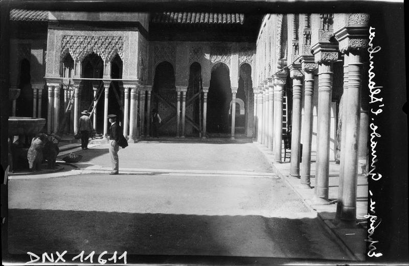 Cour des lions : colonnes et arcades, vue partielle de la fontaine