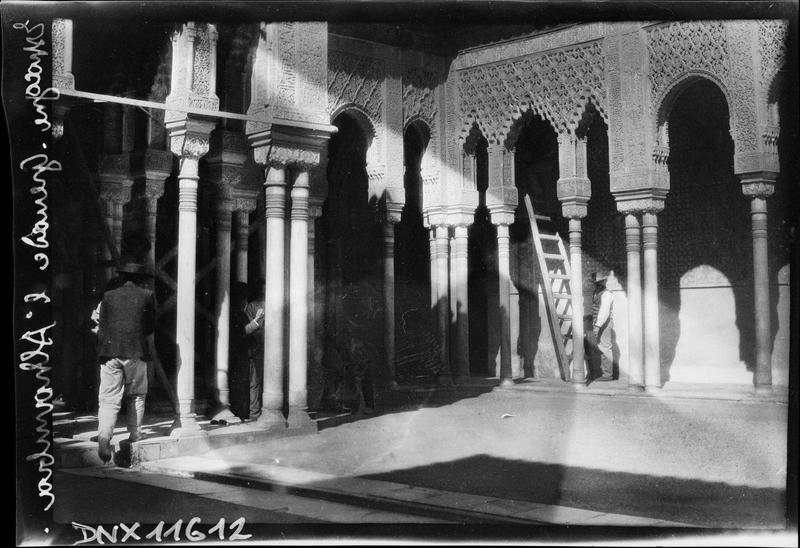 Cour des lions : arcades et colonnes jumelées