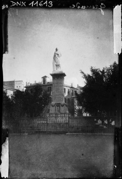 Statue de femme sur un haut piédestal