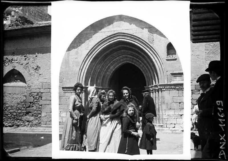 Fidèles devant le portail principal