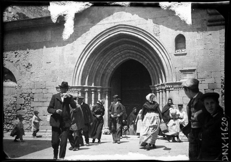 Portail principal, fidèles sortant de l'église