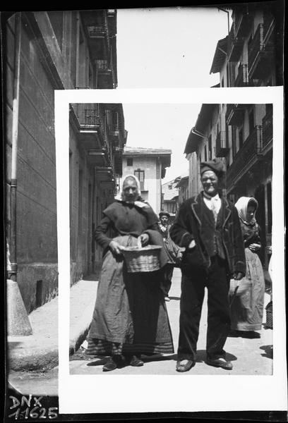 Homme et femme portant un panier, près du marché