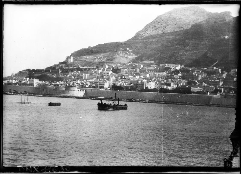 Le Rocher et la ville vus de la mer, bateau près de la côte