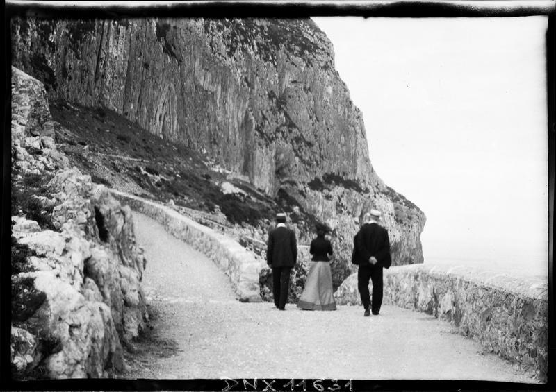 Route au pied du Rocher, promeneurs vus de dos