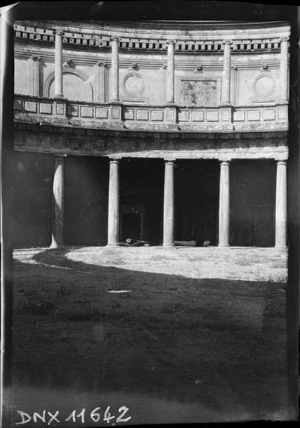 Vue partielle d'un bâtiment en rotonde, avec colonnes doriques au rez-de-chaussée et colonnes ioniques à l'étage