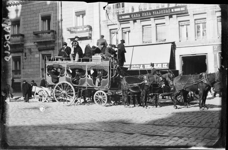 Scène de rue : diligence remplie de voyageurs, attelée à quatre chevaux