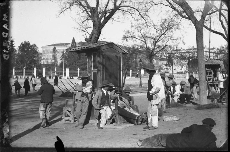 Balayeurs dans un jardin public