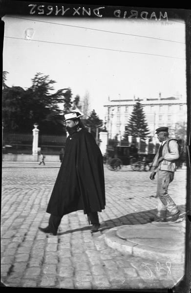 Scène de rue : policier marchant