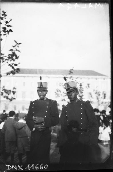 Deux hommes en uniforme