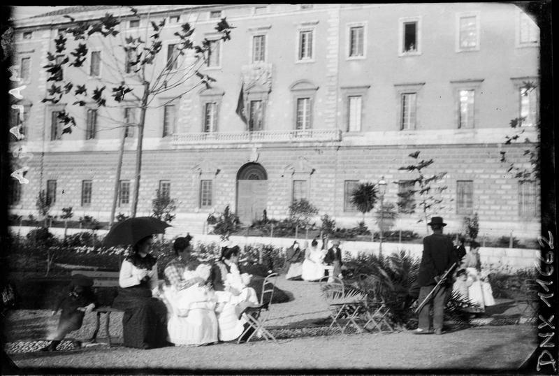 Femmes assises dans un jardin public