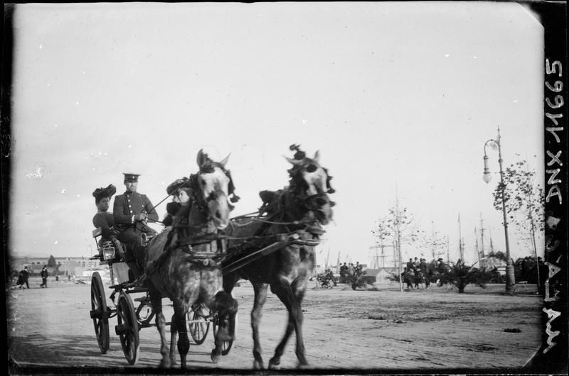 Passagères et leur cocher sur une voiture tirée par deux chevaux