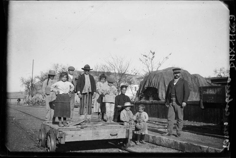 Portrait collectif : villageois debout sur une draisine