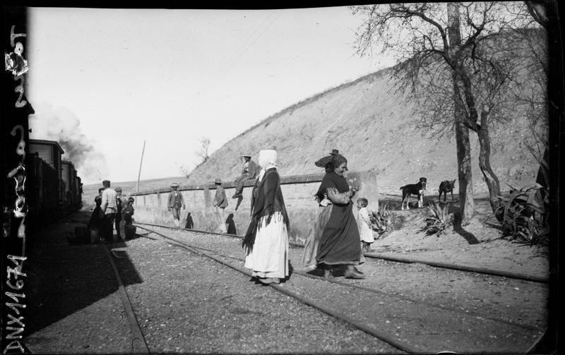 Femmes traversant une voie ferrée