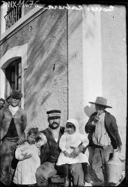 Portrait collectif : homme assis, deux enfants et deux jeunes hommes