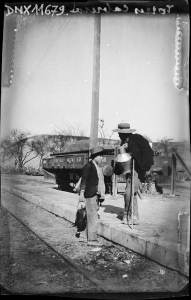 Deux hommes au bord d'une voie ferrée