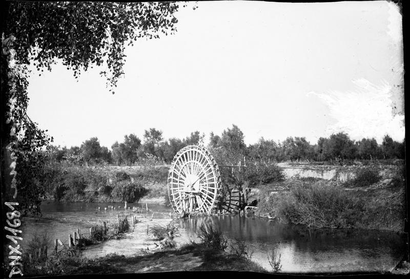 Roue à aubes en bord de rivière pour l'irrigation