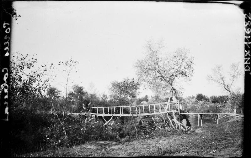 Passerelle en bois traversant une rivière