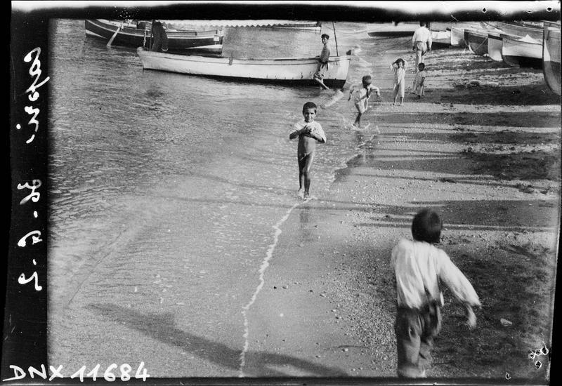 Barques sur le rivage, enfants jouant