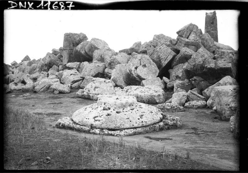 Amoncellement de blocs et chapiteau dorique archaïque