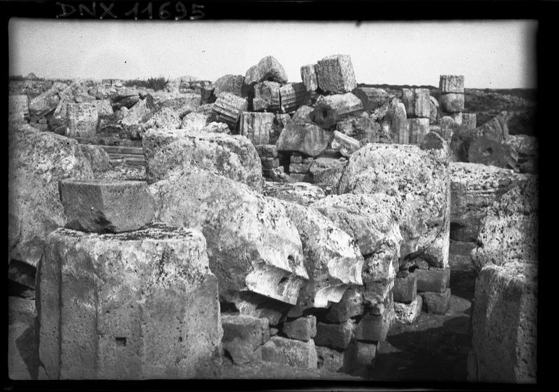 Amas de blocs et de tambours de colonnes cannelées