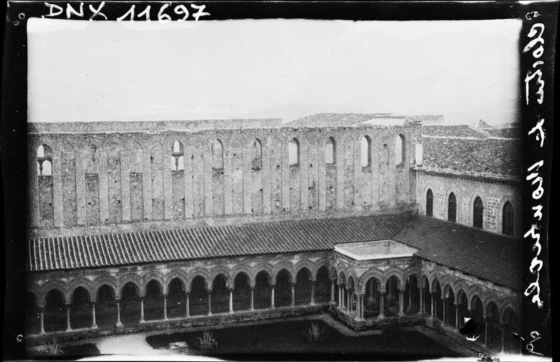 Cloître : vue plongeante sur deux galeries et la fontaine entourée d'arcades