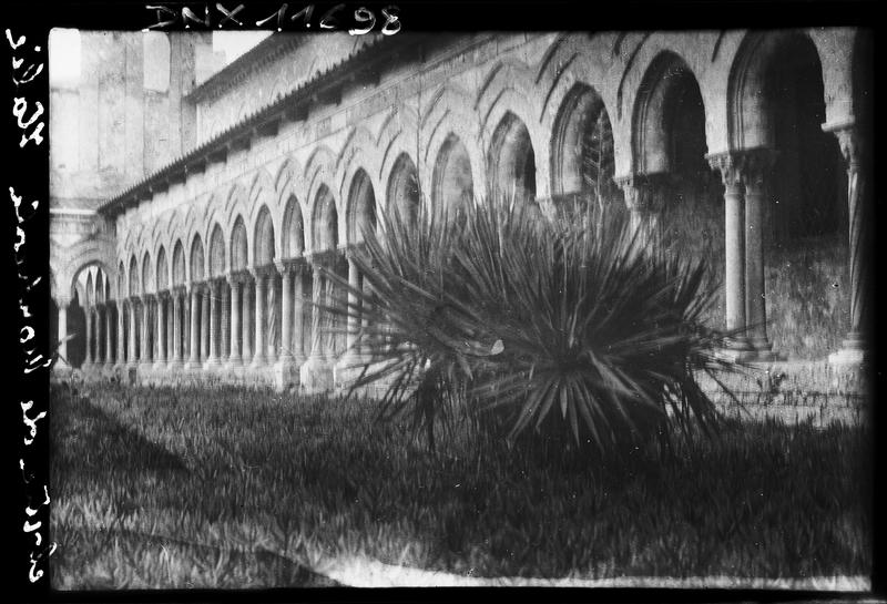 Cloître : galerie, vue diagonale prise du jardin