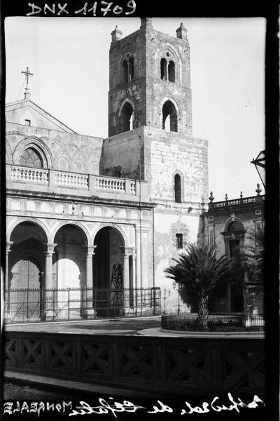 Façade principale, partie droite : portique à trois arches et campanile