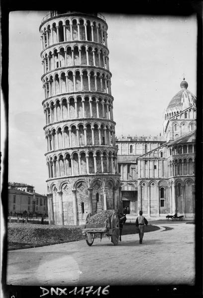 Vue générale de la tour et vue partielle du chevet de la cathédrale