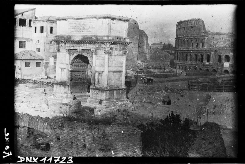 Vue d'ensemble de l'arc, vue partielle du Colisée