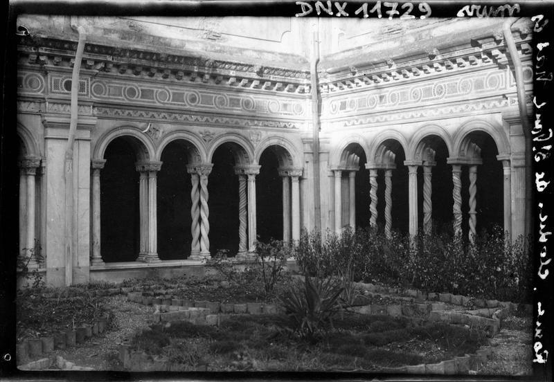 Angle de deux galeries vu du jardin : colonnes torses géminées