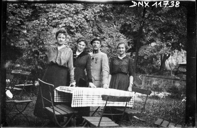 Portrait collectif : un militaire et trois femmes debout derrière une table