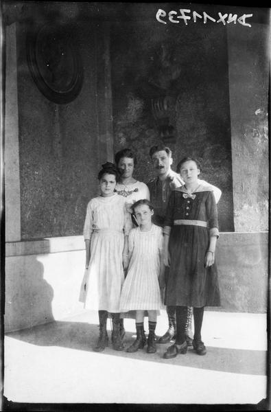Portrait collectif : un militaire, une femme, deux jeunes filles et une petite fille