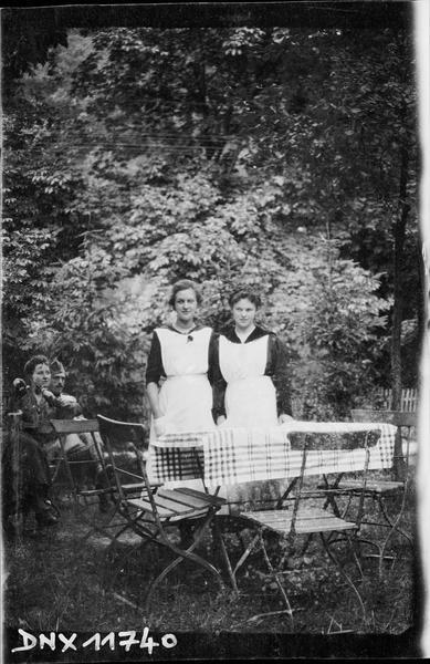 Portrait collectif : deux femmes debout derrière une table