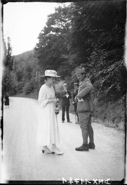 Militaire conversant avec une femme sur une route