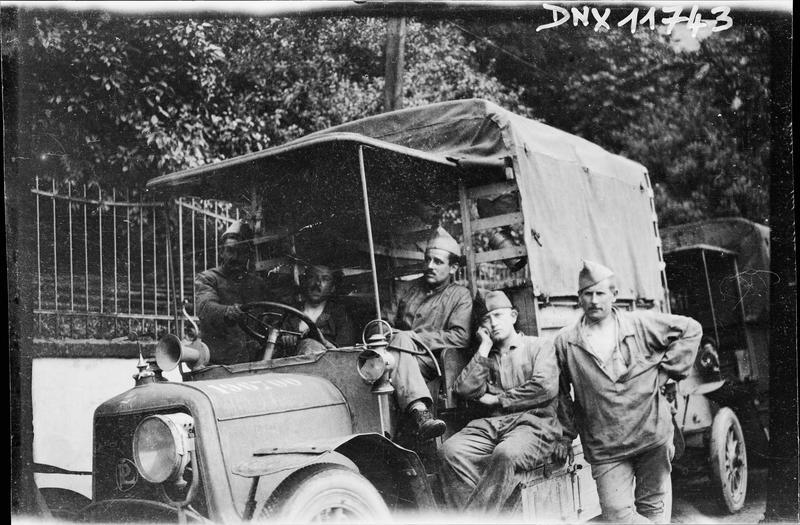 Portrait collectif : militaires à l'avant d'un camion bâché