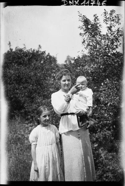 Portrait collectif : femme portant un bébé dans ses bras et petite fille