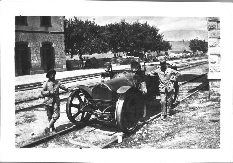 Automobile utilisée comme draisine sur une voie ferrée