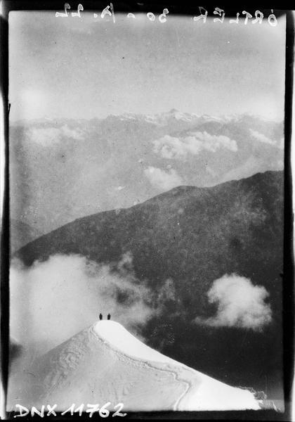 Deux silhouettes face au panorama du massif de l'Ortler